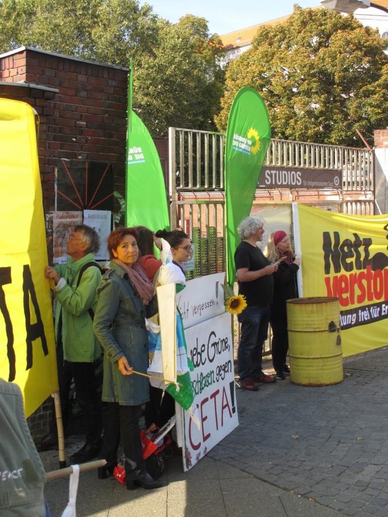 Die grünen Delegierten werden vom Berliner Netzwerk und von AntiAtom empfangen