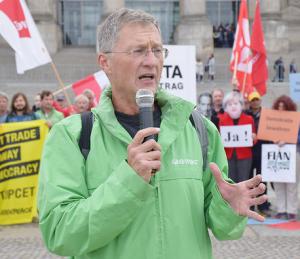 """""""CETA soll Regulierungen abbauen und dadurch den Austausch von Waren zwischen den beiden Wirtschaftsmächten ausweiten"""", erklärt Christoph von Lieven, Greenpeace-Experte für Handel. Und er warnt davor, dass das Abkommen den Verbraucher- und Umweltschutz gefährdet. Das zeigen Analysen von Greenpeace und dem Institute for Agriculture & Trade Policy (IATP, Institut für Landwirtschaft und Handelspolitik)."""